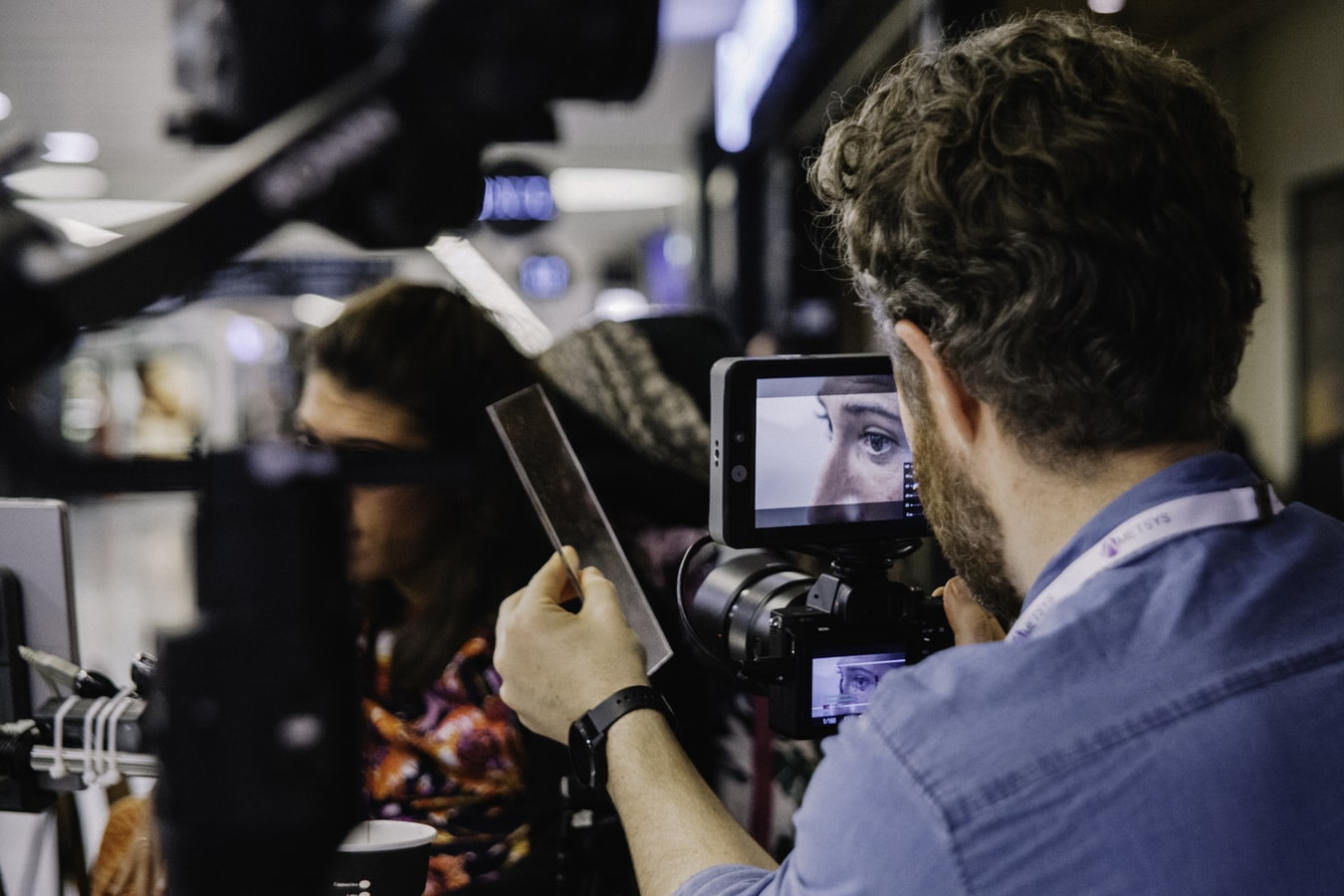 Photographe manipulant une Caméra