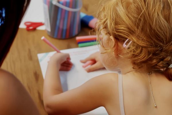 Enfant en pleine activité ludo-éducative
