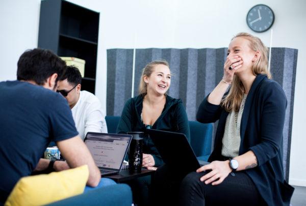 des collaborateurs travaillant dans une atmosphère de cohésion au travail