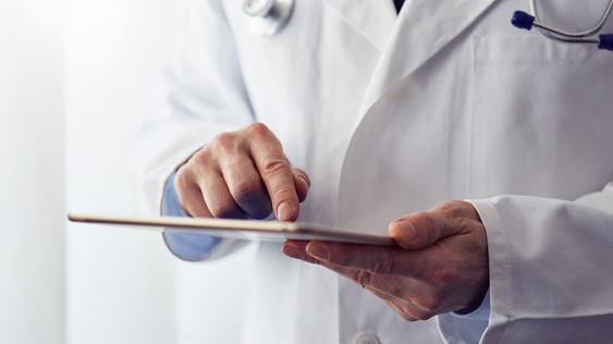 Médecin qui utilise logiciel sur une tablette